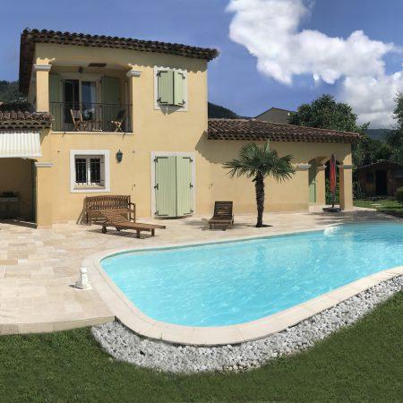 Sanitaires et plage de piscine d'une villa
