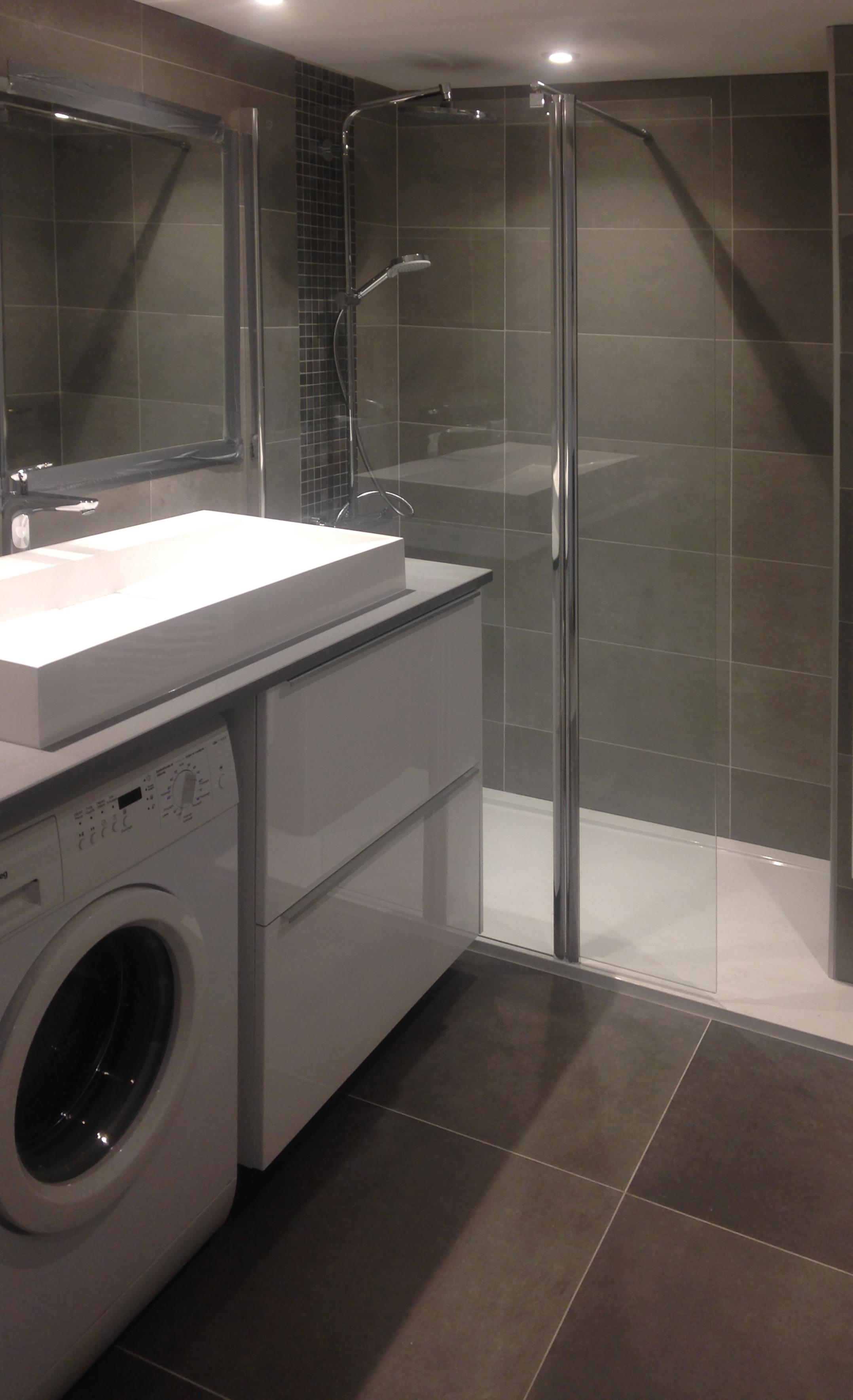 Salle de bain moderne grise - Atouts Rénovation